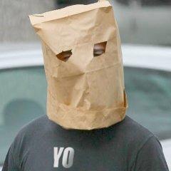 Foto De Hombre Con Bolsa De Papel En La Cabeza