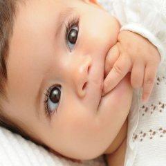 Hermosa Bebe Nina Mordiendo Deditos